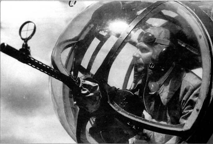 Штурман готов открыть огонь из пулемета MG-15, кабина самолета Не-111Н. Штурман проверяет пулемет в преддверии боевого вылета. Турель фирма Икария обеспечиваю пулемету широкий сектор обстрела. Выше турели, в носовой части фюзеляжа монтировался еще один MG-15