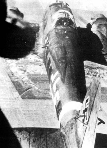 Бомбардировщик Не-111Н-2, вид сзади сверху. Самолет с бортовым кодам «E5+FU» принадлежит эскадрилье дальней метеоразведки. Слабое оборонительное вооружение заставляло экипажи сжимать боевые порядки при появлении вражеских истребителей.