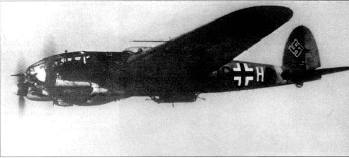 В полете Не-111 Н-3 (1G+HP) из 1/KG-27, Восточный фронт, вторая половина 1941 г. Носовая стрелковая точка перевооружена 20-мм автоматической пушкой MG-FF. Пушка MG-FF – это швейцарский Эрликон, который по лицензии выпускала фирма Рейнметалл. В июне 1941 г. отличительным притокам самолетов Восточного фронта была установлена полоса желтого цвета (RLM-27, FS 33637) вокруг фюзеляжа.