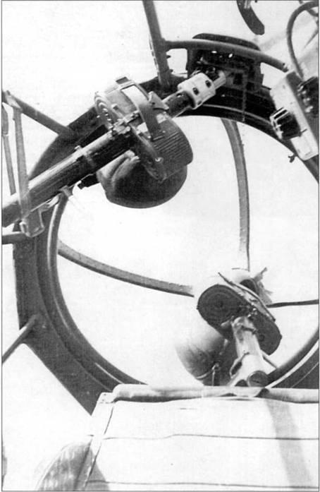 В носовой кабине данного Не-111Н-2 установлено два пуле.мета MG-15, один – на шаровой турели Икария GD-A 1114 в самом носу кабины, второй – в верхней части кабины. Дополнительные пулеметы в носу бомбардировщиков Не-111 стали ставить силами ремонтных подразделений люфтваффе в середине 1940 г.