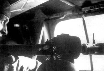 Стрелок Не-111 отслеживает стволом своего MG-15 истребитель противника. За обслуживание как левого, так и правого бортовых пулеметов отвечал одни человек. Стрелки предпочитали снимать остекление иллюминаторов для лучшего об юра. На снимке хорошо виден магазин к пулемету MG-15, два барабана на 75 патронов каждый. Магазинное питание часто приводило к задержкам в стрельбе, связанным с заменой магазинов, в ином отношении пулеметы с ленточным питанием имели совершенно очевидное преимущество.