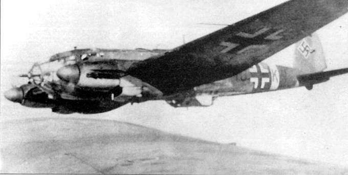 """Самолет Не-111 Н-3 (1G+K.X) из 5/KG-27 """"Boelcke"""" в полете над западными районами Советского Союза, апрель 1943 г. Стаффель входил в состав II группы 27-й эскадры, начиная с 1943 г. отличительными признаками самолетов этой группы являлись окрашенные в красный цвет коки воздушных винтов и красные индивидуальные литеры бортового кода. Ранее коки винтов и литеры па самолетах группы окрашивались в белый цвет."""