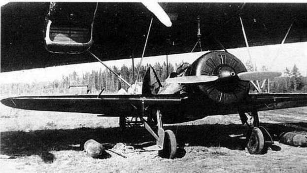 И-16 во время подвески под крыло ТБ-3.
