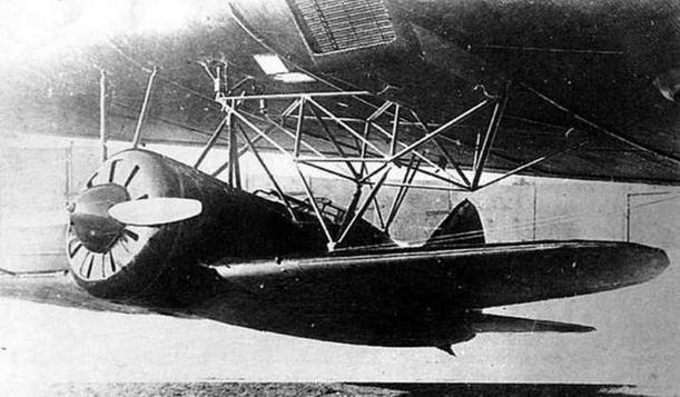И-16 в подцепленном под ТБ-3 состоянии во время отработки механизма на земле.
