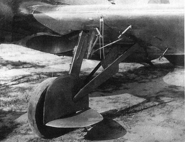 Держатель бомбы ФАБ-250 под крылом И-16. (МЖ)