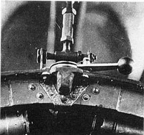 Рычаг в основании прицела ОП-1 для открытия крышки прицела.