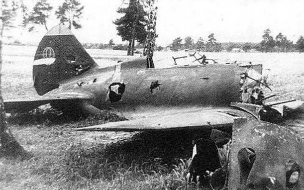 """Подбитый И-16 тип 5 летом 1941 года. Верх киля с """"пилоткой"""" голубого или желтого цвета. (V.Koos)"""