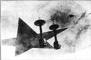 Вид на концевую часть крыла И-16 с двигателем М-22 производства московского авиазавода № 39. Элерон отсоединен. Виден серийный номер 123941. На переднем плане видны факелодержатели — пиротехнические устройства зажигающиеся при посадке в темное время.