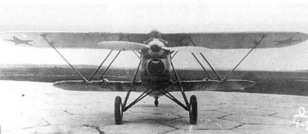 Трофейный C.R.32 с красными звездами на аэродроме НИИ ВВС.
