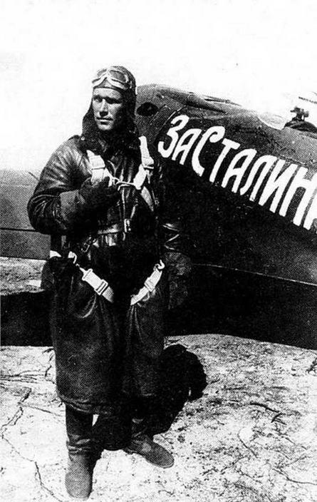 Б. Сафонов у своего И-16 тип 24, борт, номер -11».