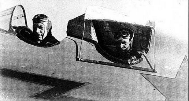Капитан Максимович вывозит молодого летчика (ГП).