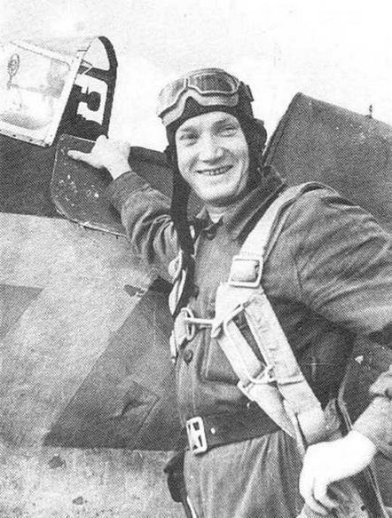 Капитан А.Сапожников. На борту И-16 изображена ломаная стрела. Период Великой Отечественной войны, юго-восточнее Новороссийска (РГАКФД).