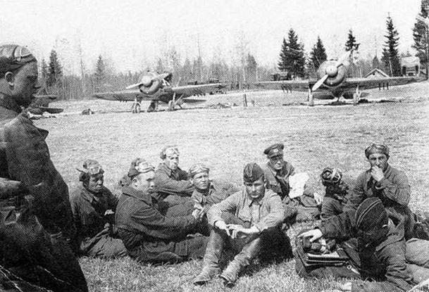 Л-т А.И. Жирнов проводит разбор полетов в 156 ИАПе. Ленинградский фронт, осень 1941 г. (А.Жирнов)
