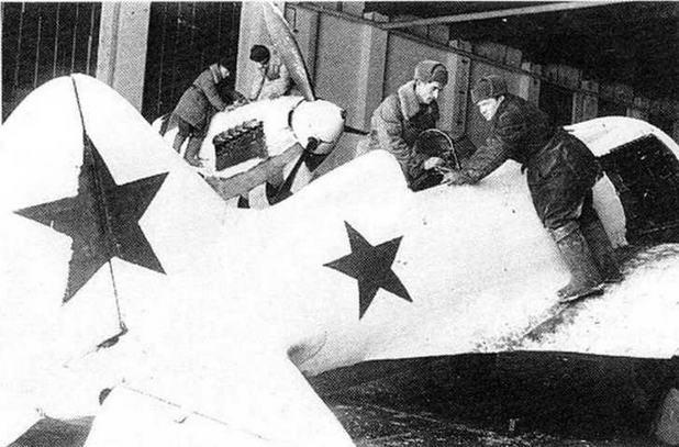 Капитальный ремонт самолета. Северо-Западный фронт, ноябрь 1942 г. (РГАКФД)
