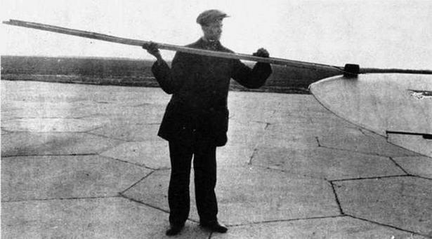 И-16 тип 12. Укладка пулеметной ленты для пулеметов ШКАС.