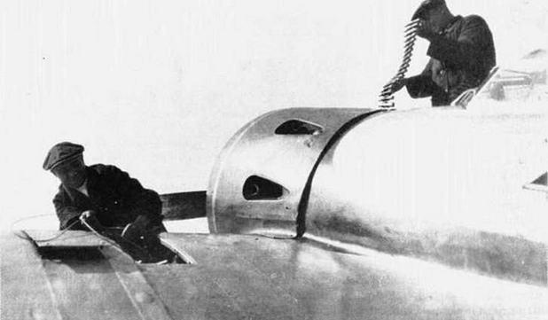 Оружейники заряжают пушки ШВАК на И-16 тип 12. Лето 1936 г.