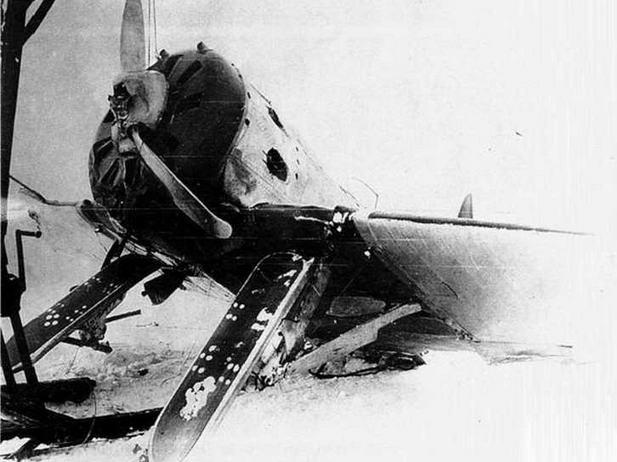 Этому И-16 тип 10 не повезло. Зато мы можем увидеть нижнюю поверхность лыж.