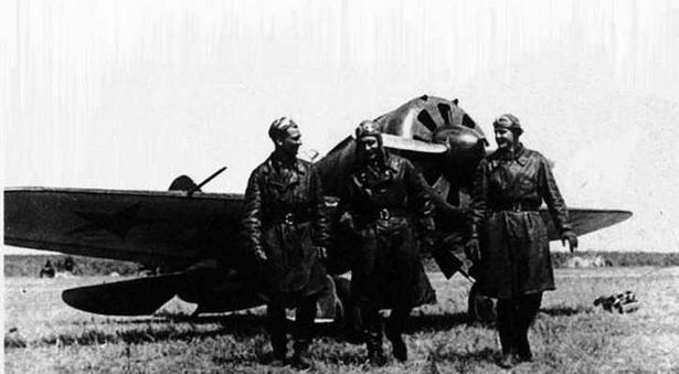 Летчики А.А. Мурмылов, И.П. Сахаров, П.Г. Митягин на фоне И-16 тип 10. Халхин-Гол, лето 1939 г. (ЦМВС).