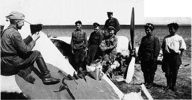 Довольные советские и монгольские бойцы позируют на фоне сбитого японского самолета (РГАКФД).