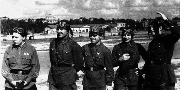 «Красная пятерка» майора Якушина. М.И. Якушин крайний слева, 18 августа 1939 г. (ЦГАКФД)