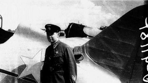 Подполковник В.И. Клевцов, участник пилотажной группы у И-16 тип 10 N«1021242. Виден ремень для поднятия хвоста самолета накинутый на фюзеляж. (ЦГАКФД)