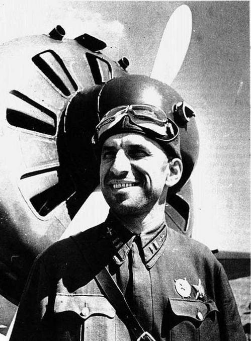 Коммисар эскадрильи Л.И. Яковенко, апрель 1940 г. (ЦГАКФД)