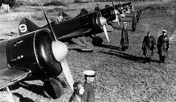 Предполетный инструктаж в авиачасти КБФ в августе 1937 г. И-16 тип 5 оборудованы фотокинопулеметами СЛ17. (ЦГАКФД)