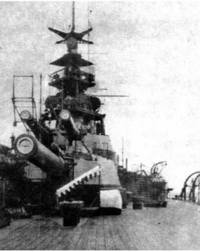 Носовые (вверху) и кормовые башни главного калибра линкора «Фусо». Начало 1920-х гг.
