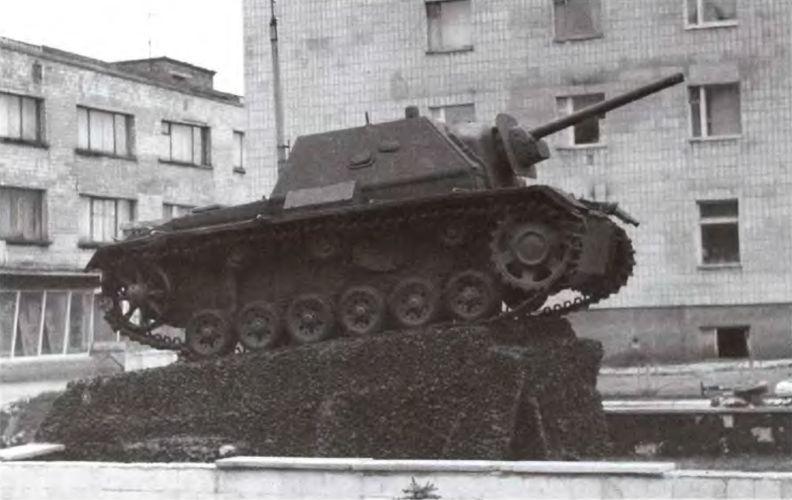 Единственный сохранившийся до наших дней образец самоходной установки СУ-76И установлен на постаменте в городе Сарны на Украине (ЯС).