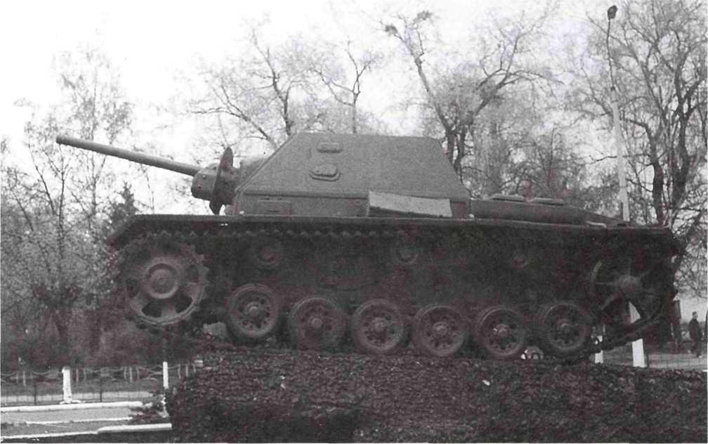 Самоходная установка СУ-76И, установленная на постаменте в городе Сарны, вид слева (ЯС).