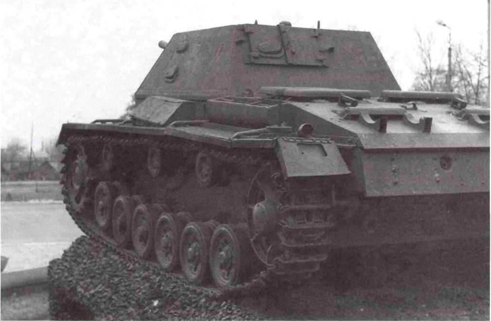 Самоходная установка СУ-76И, установленная на постаменте в городе Сарны, вид сзади (ЯС).