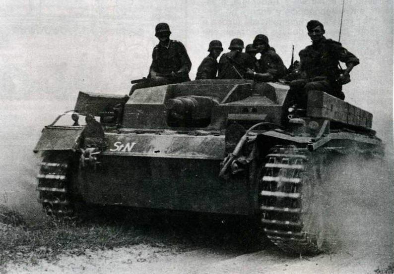 StuG III AusfB с пехотным десантом на броне. Операция «Барбаросса», Украина, 1941 год