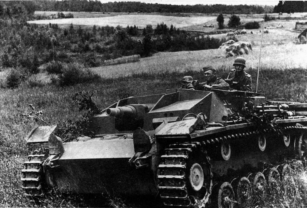 Штурмовое орудие Ausf C/D в бою. Восточный фронт<sub>у</sub> район Смоленска, лето 1941 года