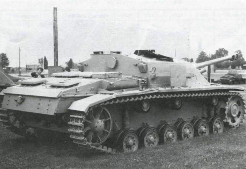 Вид сзади на StuG 40 Ausf.G. Антенные вводы и бронировка вентилятора перенесены на кормовую стенку рубки. Щит пулемета уложен на крыше рубки в положении по-походному
