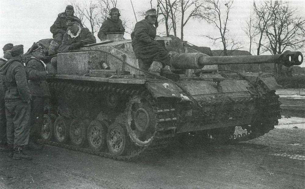 Штурмовое орудие StuG III AusfF/8 моторизованной дивизии «Великая Германия». Восточный фронт, декабрь 1942 года