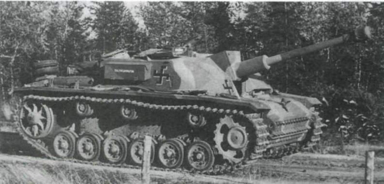 Вверху: штурмовое орудие StuG 40 Ausf.G финской армии, сентябрь 1944 года. Лобовая броня рубки усилена бетонными подушками. Внизу: StuG 40 на параде в Хельсинки 4 июня 1958 года