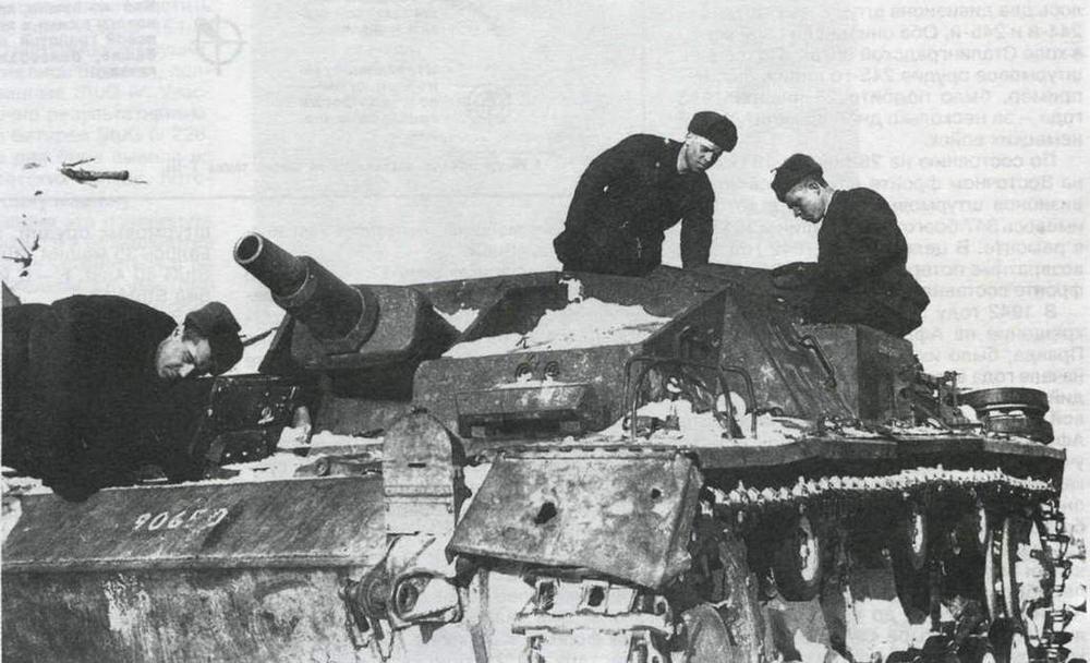 Красноармейцы ремонтируют трофейное штурмовое орудие StuG III Ausf.C/D. Западный фронт, 1942 год