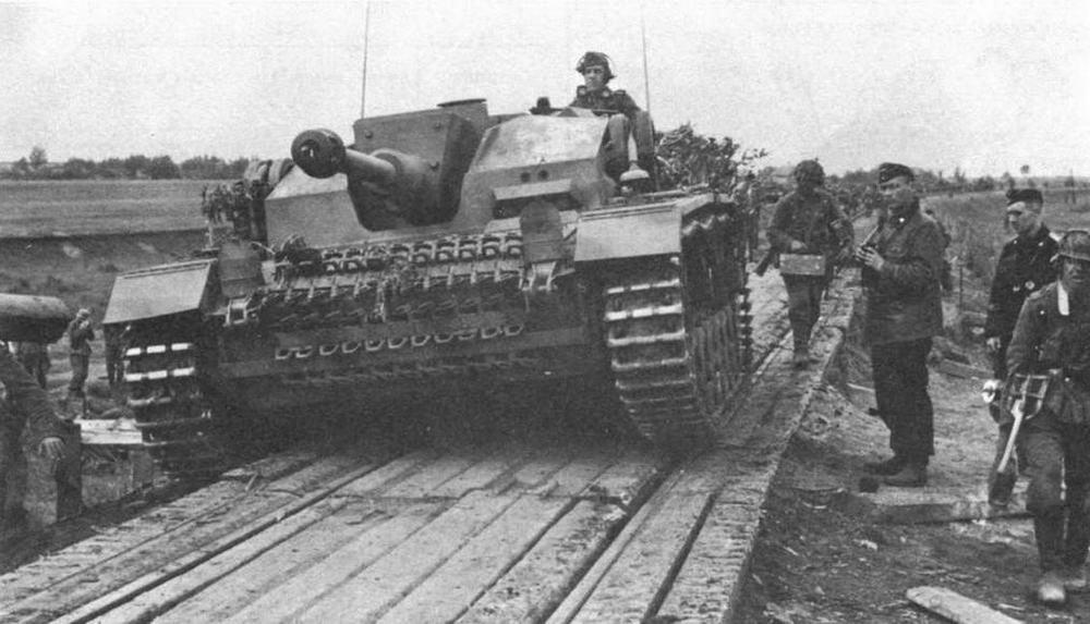 StuG III Ausf.F на Восточном фронте. Верхняя лобовая броня рубки покрыта бетоном