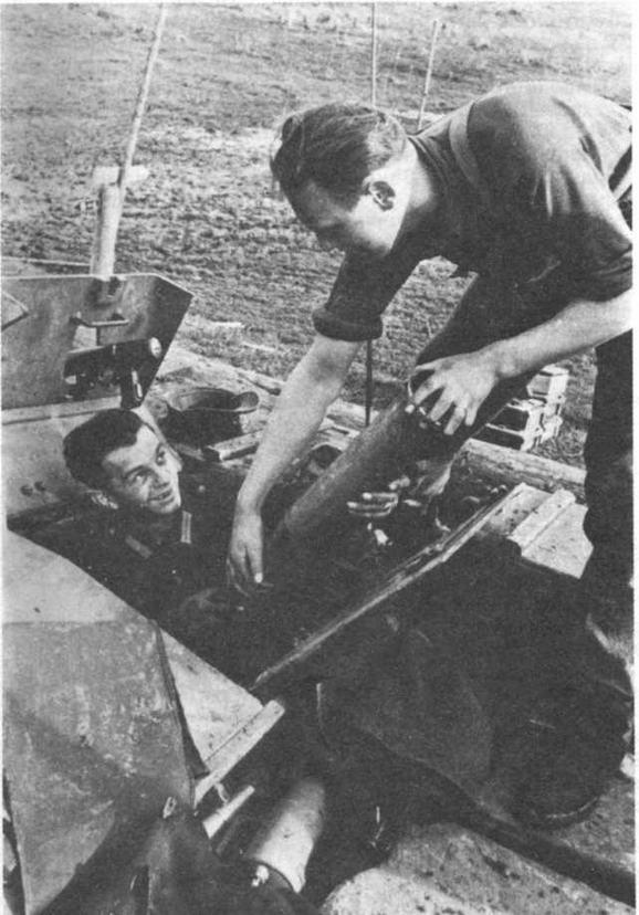 Загрузка боеприпасов в штурмовое орудие Ausf F/8. В амбразуре щита установлен нештатный авиационный пулемет MG 15