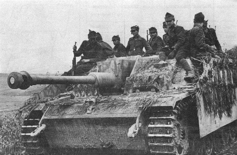 StuG 40 AusfG с венгерской пехотой на броне направляется к передовой. Восточный фронт<sub>у</sub> 1942 год