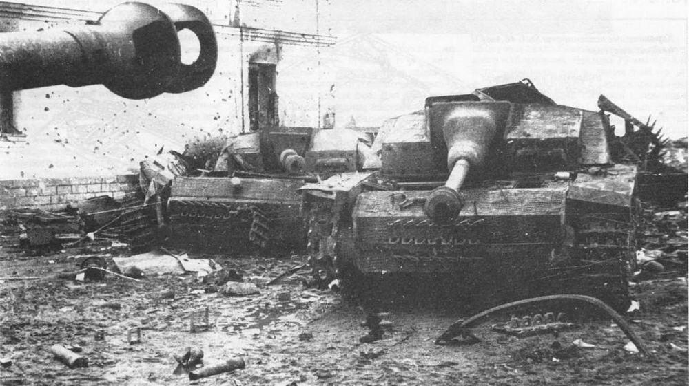 Подбитые штурмовые орудия. Справа — с маской пушки «свиное рыло», слева — с обычной. Прибалтика, 1945 год