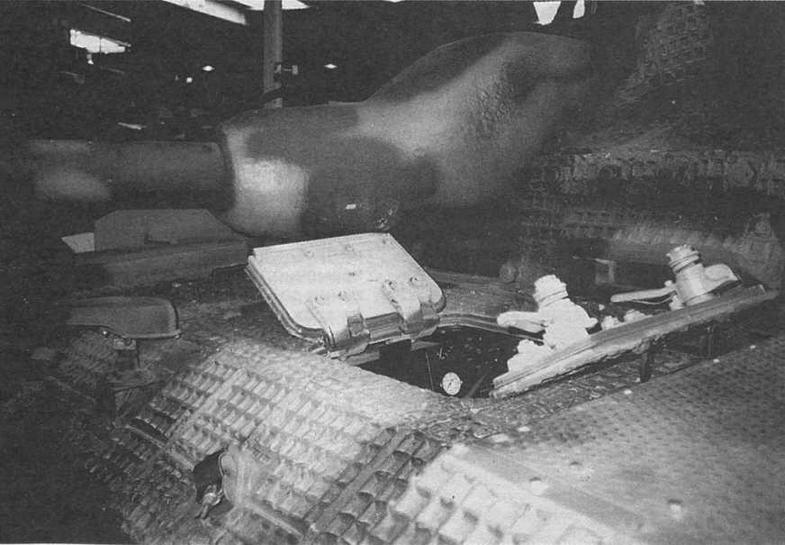 Маска пушки «свиное рыло» (Saukopfblede). На переднем броневом листе установлена фара Notek. Открыты створки люка доступа к агрегатам трансмиссии
