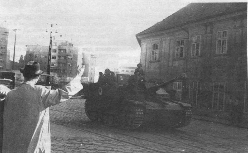 StuG III болгарской армии проходят через освобожденный югославский город. 1945 год