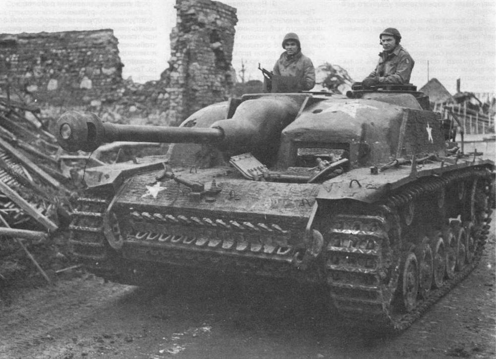"""StuG 40 Ausf.G, захваченное американцами. Лобовая часть рубки усилена бетонной """"броней"""". Вместо пулемета MG 34 на крыше рубки установлен пистолет-пулемет МР44"""