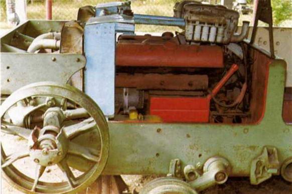 Фотографии внизу дают представление об интерьере боевой машины. На снимке слева хорошо виден двигатель Maybach и ряд его систем: радиаторы и вентиляторы системы охлаждения, блоки карбюраторов и воздушные фильтры.