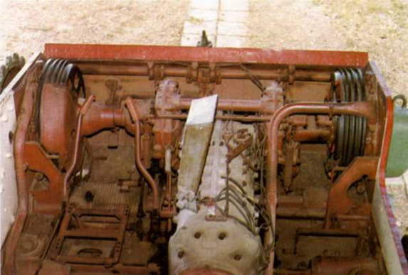 На правом снимке: в центре — коробка передач с установленной на ней панелью приборов, слева — рычаги управления, спереди — планетарные механизмы поворота, бортовые передачи и тормозные барабаны.