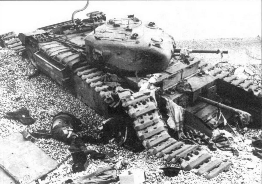 Пехотный танк модификации «Черчилль I», подбитый на пляже г.Дьеппа. Август 1942 года