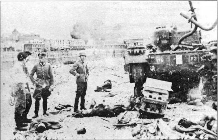 Немецкие офицеры осматривают подбитые «Черчилли» Калгарийского полка. Дьепп, август 1942 года