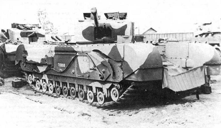 Танки «Черчилль III» из состава «королевских сил» незадолго до сражения у Эль-Аламейна. Между грязевыми щитками танкисты укрепляли самодельные противопылевые экраны