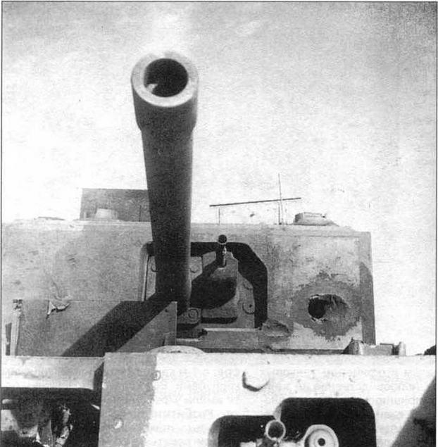 Этот «Черчилль III» получил попадание 88-мм немецкого снаряда. Мощная зенитная пушка Flak 18 была едва ли не единственным средством борьбы с английскими пехотными танками